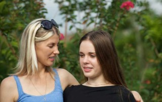 mom-and-teenage-daughter-talking